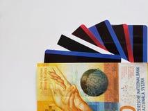 schweizisk sedel av tio franc och kreditkortar, bakgrund och textur royaltyfri fotografi