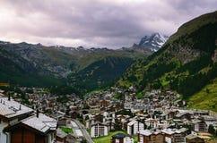 Schweizisk semesterortstad av Zermatt och det Matterhorn berget på en molnig dag Royaltyfri Bild