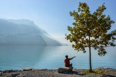 Schweizisk sjö på solnedgången i brienz, Schweiz royaltyfri bild