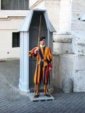 Schweizisk vakt With Long Halberd, Vatican City Royaltyfria Bilder