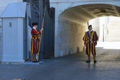 Schweizisk vakt med den trevliga enhetliga yttersidan i Vaticanen Arkivbilder