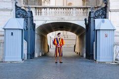 Schweizisk vakt som lokaliseras i Sts Peter fyrkant i Rome fotografering för bildbyråer
