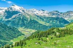 schweiziska alps Semesterort Engelberg Resa på fötter till och med Swisen Arkivfoton