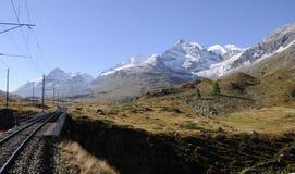 Schweiziska fjällängar: De Bernina järnvägsspåren efter 110 år som förbinder Engadin och Tirano i Italien arkivbilder