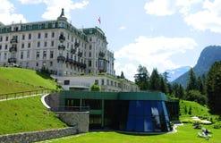Schweiziska fjällängar: Det storslagna hotellet Kronenhof i Pontresina, övreEngad royaltyfria foton