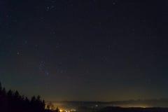 Schweiziska fjällängar med natthimmel Arkivbilder