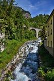 Schweiziska fjällängar som Lavin-är skattskyldiga av flodgästgivargården Royaltyfria Bilder