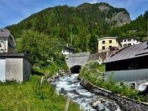 Schweiziska fjällängar som Lavin-är skattskyldiga av flodgästgivargården Arkivfoto
