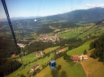 Schweiziska fjällängar från en kabelbil Royaltyfri Fotografi