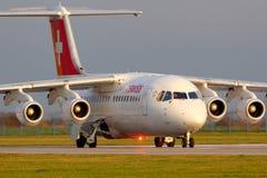 Schweiziska flygbolag Bae-146 som åker taxi på den Ruzyine flygplatsen Arkivfoton