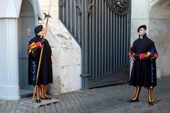 Schweiziska gardister i Vaticanen Royaltyfri Bild