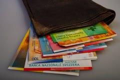 Schweiziska kassapappersräkningar är i den gamla plånboken arkivbilder