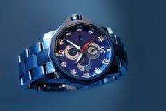 Schweiziska klockor på blå bakgrund Produktfotografi Royaltyfria Foton