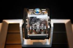 Schweiziska klockor på suddig bakgrund av klockaasken Fotografering för Bildbyråer