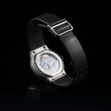Schweiziska klockor på svart bakgrund produkt Arkivfoton