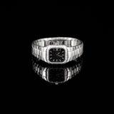 Schweiziska klockor på svart bakgrund produkt Royaltyfri Foto