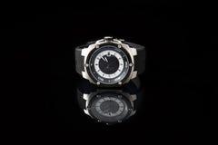 Schweiziska klockor på svart bakgrund Produktfotografi Arkivfoto