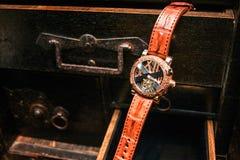 Schweiziska klockor som hänger på skrivbordenheten lyx Arkivbild