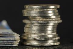 Schweiziska pengar som staplas i en hög royaltyfri foto