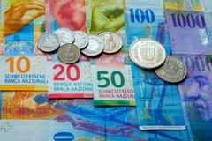 Schweiziska pengarsedlar och mynt Arkivbild