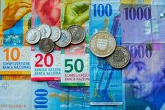 Schweiziska pengarsedlar och mynt Arkivfoto