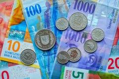 Schweiziska pengarsedlar och mynt Arkivfoton