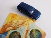 schweiziska sedlar och diagram av en bil i blått mörker - arkivbilder