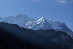 Schweiziskt fjällänglandskap nära Interlaken i Europa. Arkivfoto