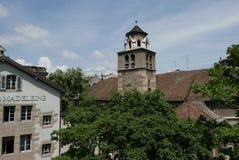 Schweiziskt klockatorn i Genève arkivbilder