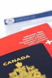 Schweiziskt och kanadensiskt pass royaltyfri foto