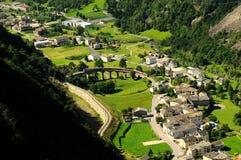 Schweiziskt rött drev Bernina som är uttrycklig på den Brusio viadukten Royaltyfri Bild