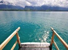 Schweiziskt sjölandskap Arkivbild