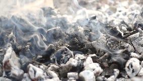 Schwelende Glut und geräucherte Asche auf dem Feuer stock video