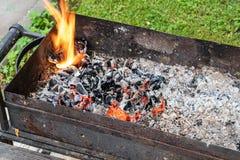 Schwelende Kohle in einem alten rostigen Grill Vorbereiten f?r ein Picknick lizenzfreie stockbilder