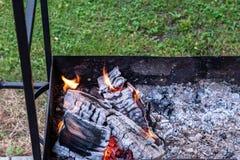 Schwelende Kohle in einem alten rostigen Grill Vorbereiten f?r ein Picknick lizenzfreies stockbild