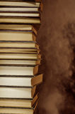 Schwelender Stapel Bücher Stockfotos