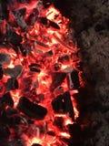 Schwelendes Kohlenfeuer in der Nacht stockfotografie
