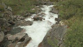 Schwelle im Fluss norwegen stock video footage