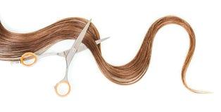 Schwemmen Sie weibliches Haar und die Scheren an, die auf weißem Hintergrund lokalisiert werden Lizenzfreies Stockfoto
