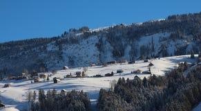 Schwendi nell'inverno, piccolo villaggio nelle alpi svizzere Fotografia Stock