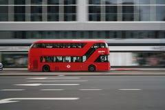 Schwenk des doppelstöckigen Busses früh laufend auf Edgware-Straße morgens Lizenzfreies Stockfoto