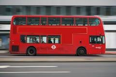 Schwenk des doppelstöckigen Busses früh laufend auf Edgware-Straße morgens Stockbild