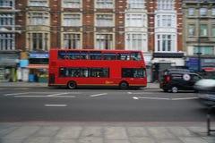 Schwenk des doppelstöckigen Busses früh laufend auf Edgware-Straße morgens Lizenzfreie Stockbilder