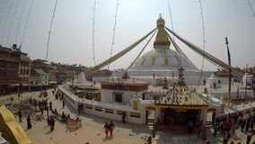 Schwenk von Boudhanath-stupa in Kathmandu, Nepal stock video