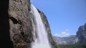 Schwenk von Yosemite Falls stock video
