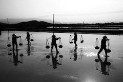 Schwer arbeiten auf der Salzlandwirtschaft Stockbilder