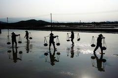 Schwer arbeiten auf der Salzlandwirtschaft Lizenzfreie Stockfotografie