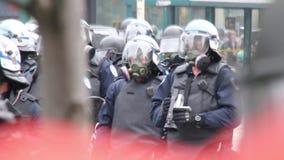 Schwer bewaffnete Bereitschaftspolizeioffiziere mit Gasmasken und Pferden stock footage
