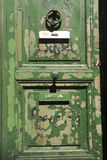 Grungy grüne Tür Stockbild