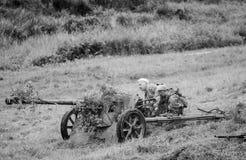 Schwere Artillerie mit Soldaten Stockfotos